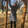 井の頭公園の広場のうんていで遊んでいるところ